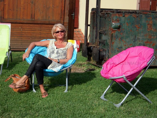 PEINTUREMAMANLOTUS | CHRISTIANE ALLENBACH |  FEMME PROFITANT DU SOLEIL